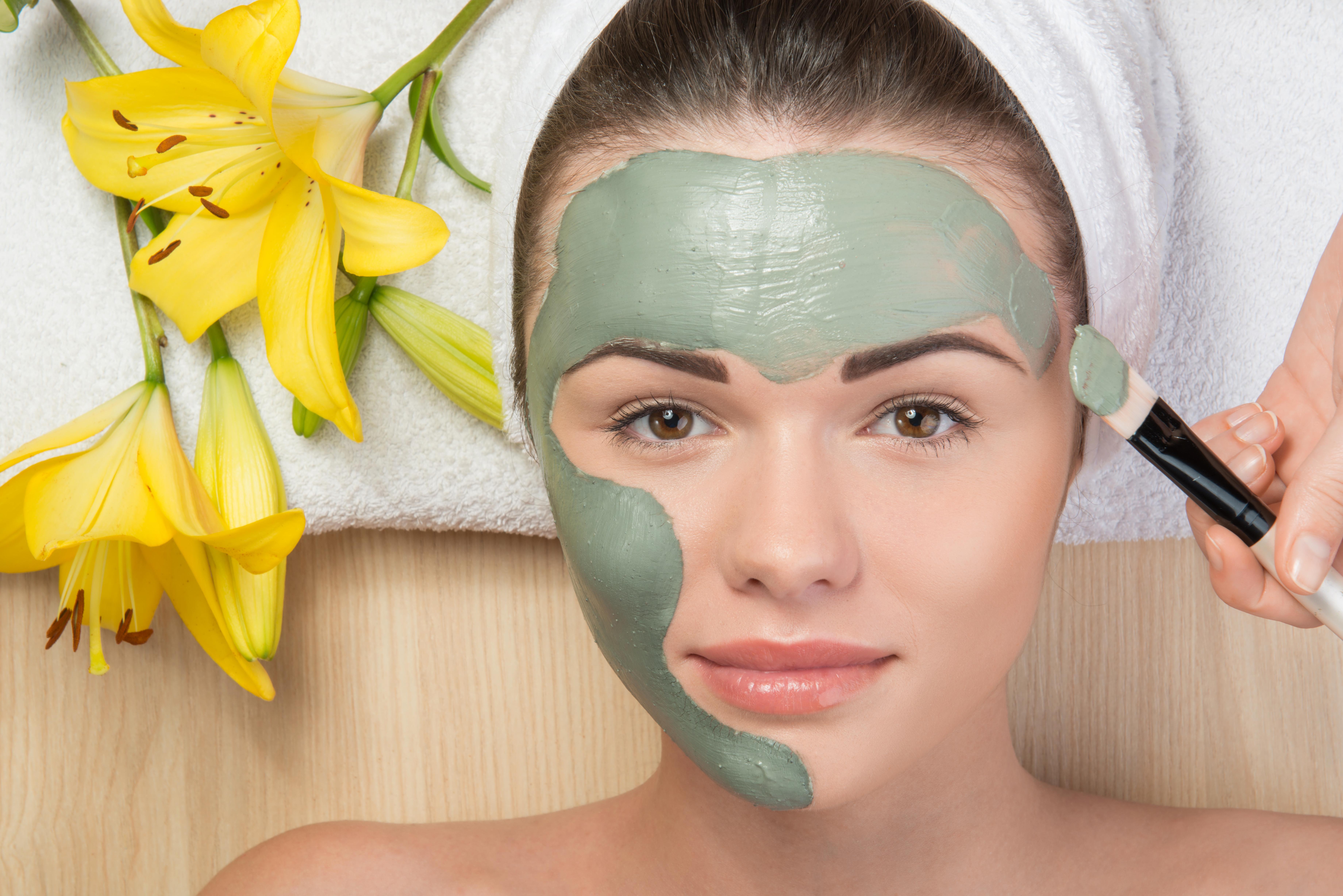 Фото косметолог делает маску